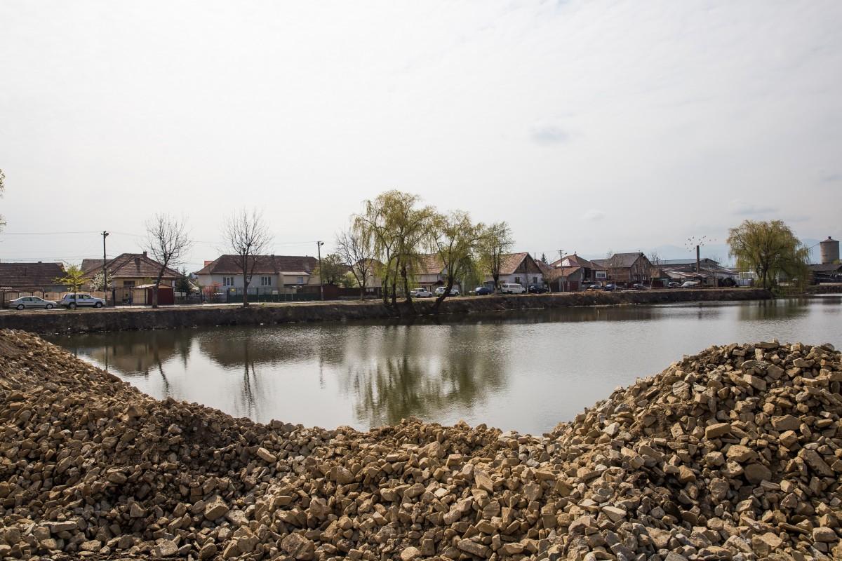 În apă, în zona viitoarei plajă, adâncimea a fost scăzută la cel mult trei metri, cu ajutorul a câtorva mii de tone de piatră